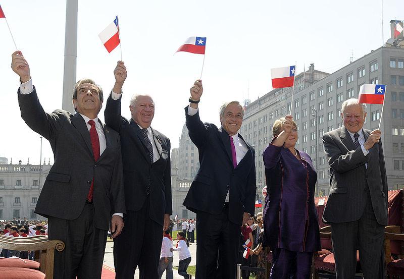 800px-Izamiento_de_la_Gran_Bandera_Nacional_-_Presidentes_de_Chile